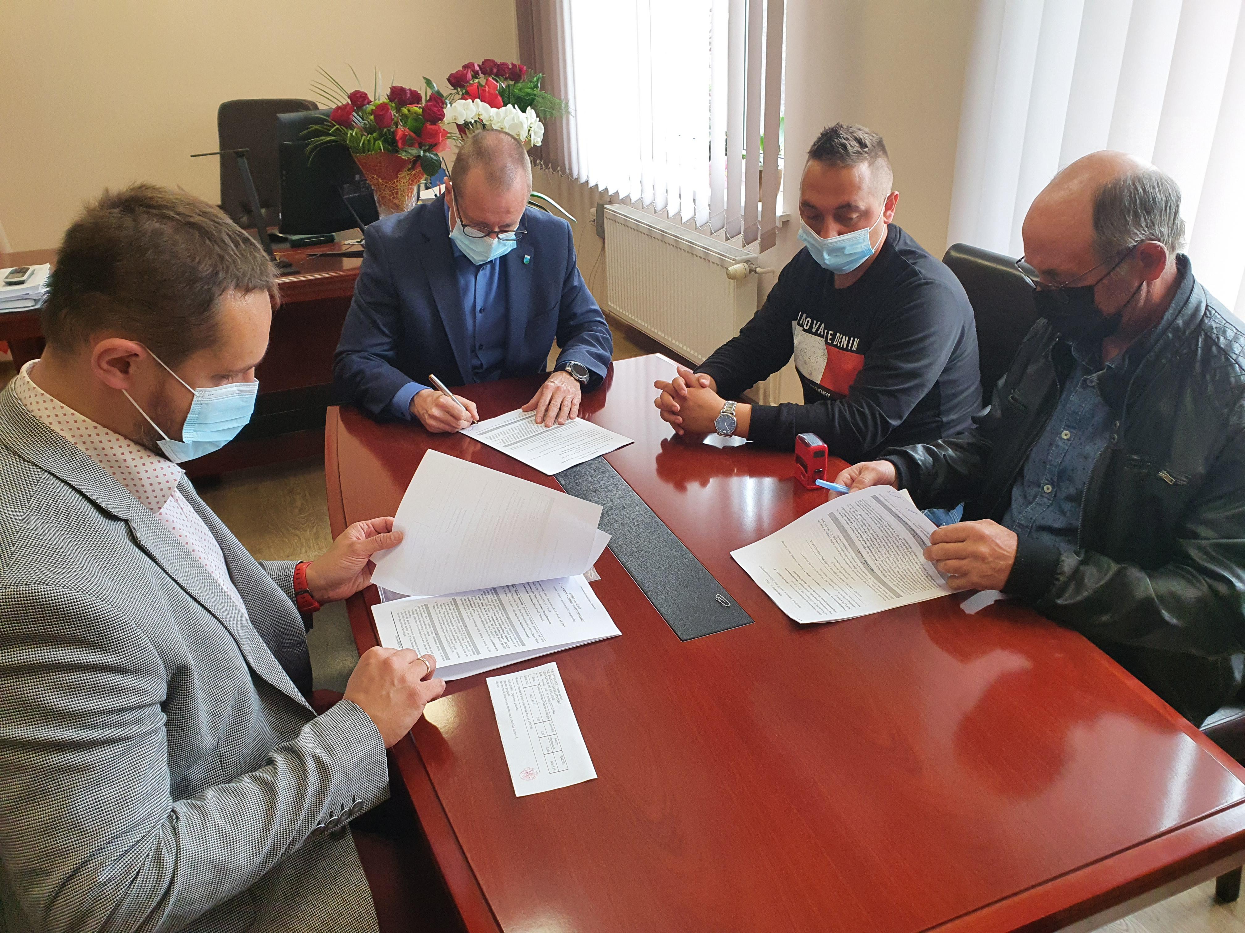 Podpisanie umowy na modernizację chodnika