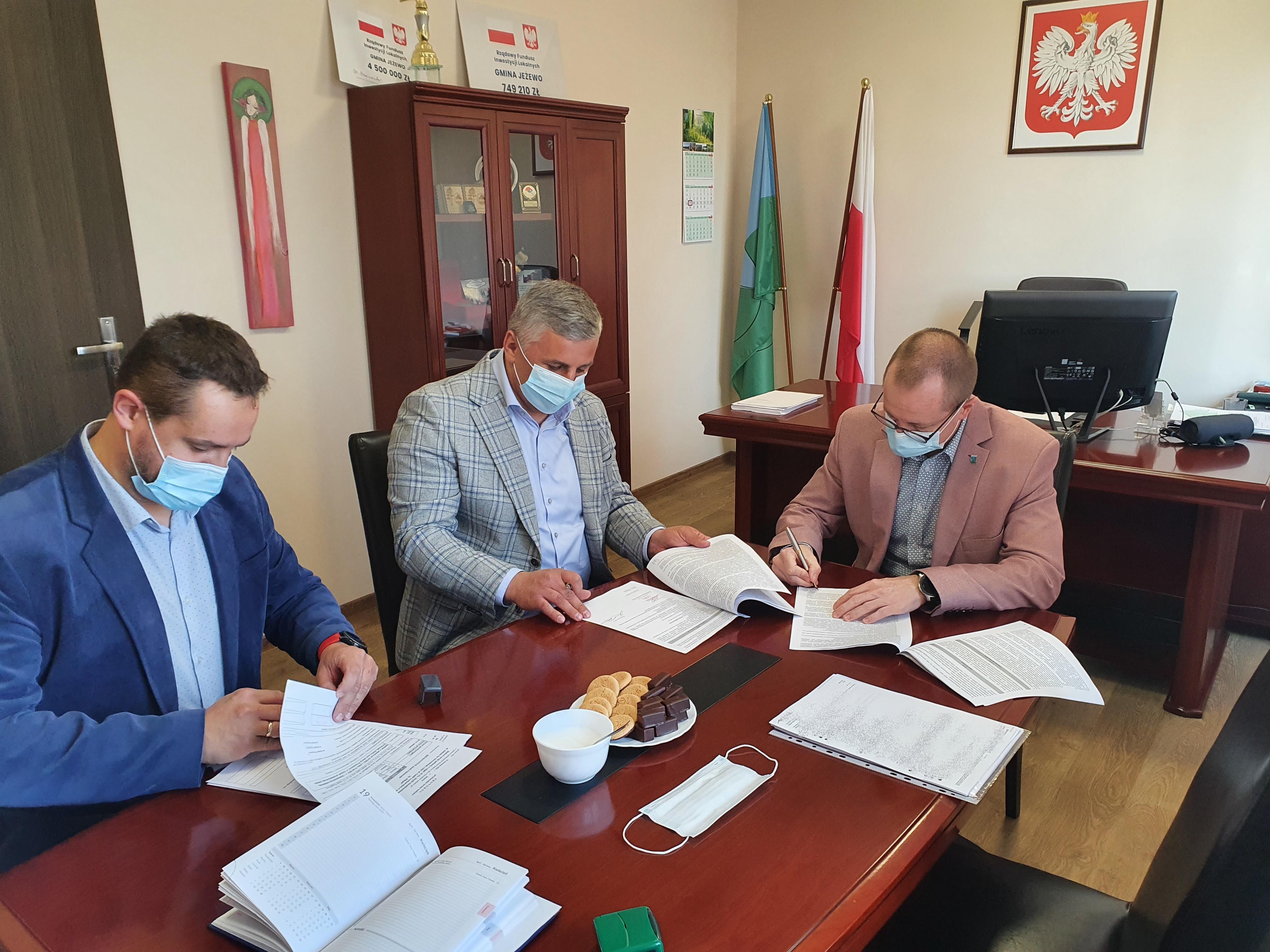 Podpisanie umowy na budowę drogi gminnej w Laskowicach